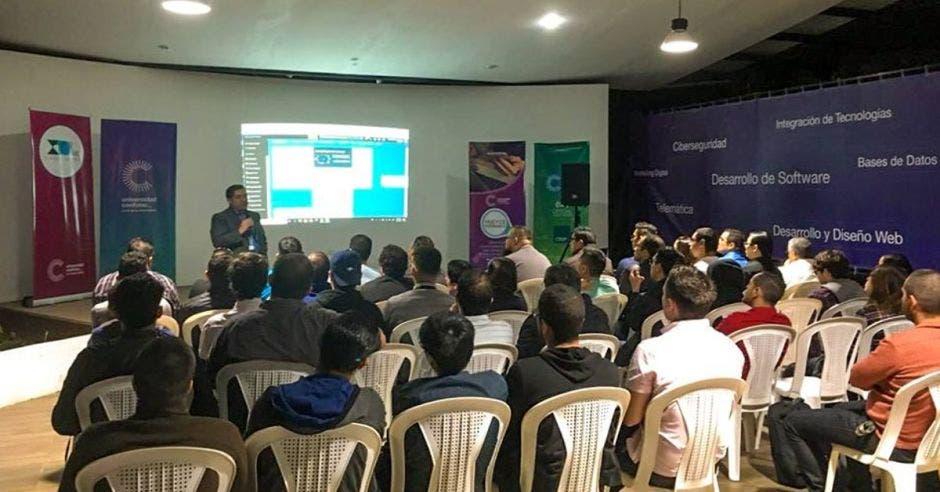 Estudiantes de la universidad Cenfotec asiste a una charla.