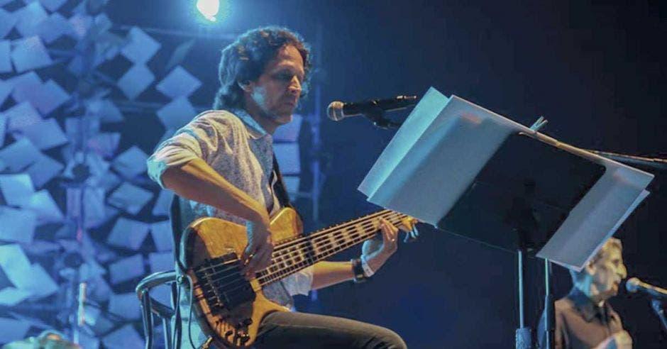 Jaime Gamboa, cantante de Malpaís tocando guitarra y cantando en un concierto