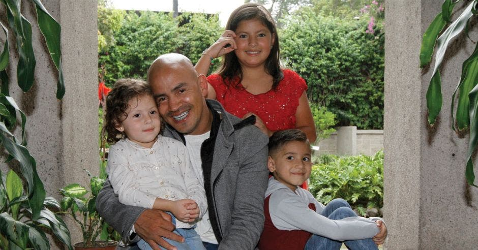 Papá con hijos alrededor