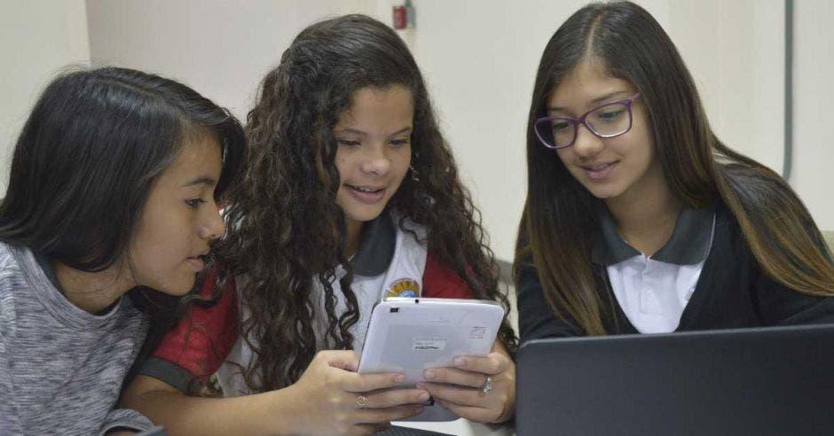 200 colegiales se capacitan en programación gracias a Sykes