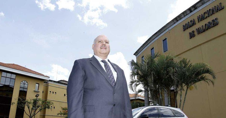 Thomas Alvarado posa frente a las oficinas de la Bolsa