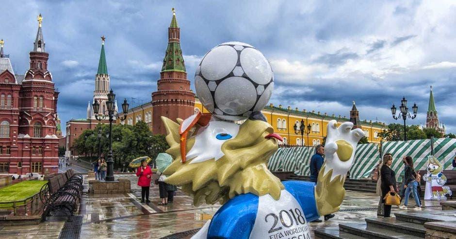 Imagen de Zabivaka, la mascota oficial de Rusia 2018 en la plaza de San Petesburgo.