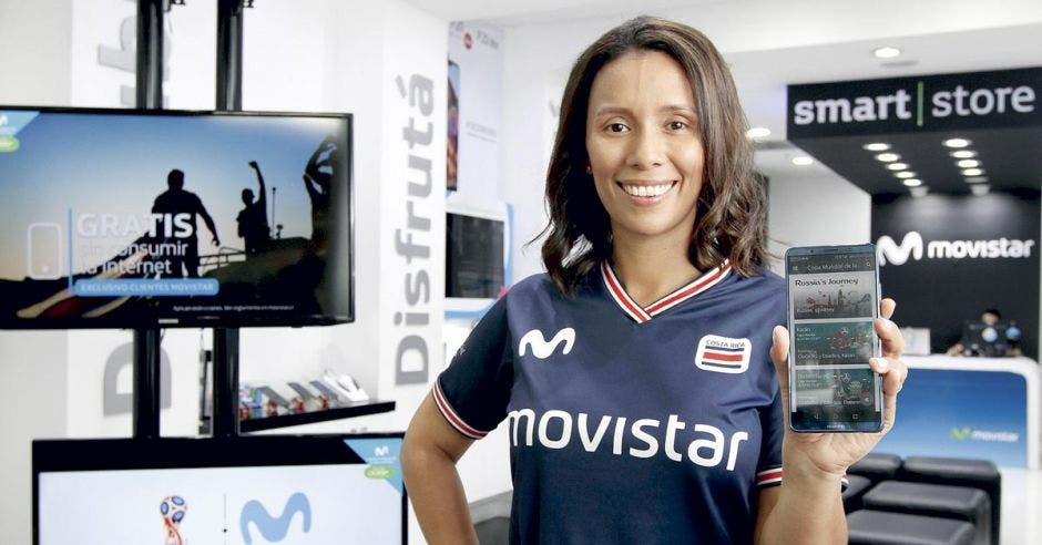 Karla Espiñoza de Movistar muestra la aplicación Movistar Play