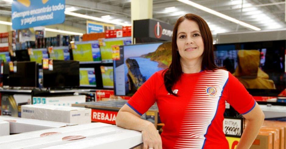 Mariela Jiménez de Walmart posa en una de las tiendas de la cadena