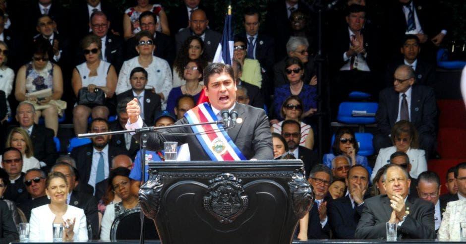 Carlos Alvarado, presidente de la República, en un podio.