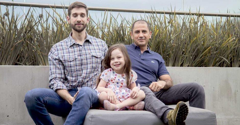 Hombres reinventan el rol tradicional de papá