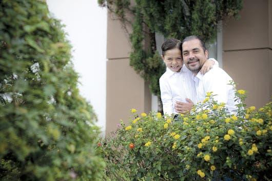 Erick García, publicista y padre soltero que se encarga de cuidar a su hijo Antonio