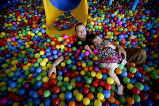 Carlos Ortiz decidió cuidar a su hija mientras su esposa Jazmín trabaja con un horario de oficina. Gerson Vargas/ La República