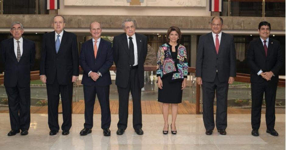 Expresidentes usarán su influencia para convencer a diputados de aprobar impuestos