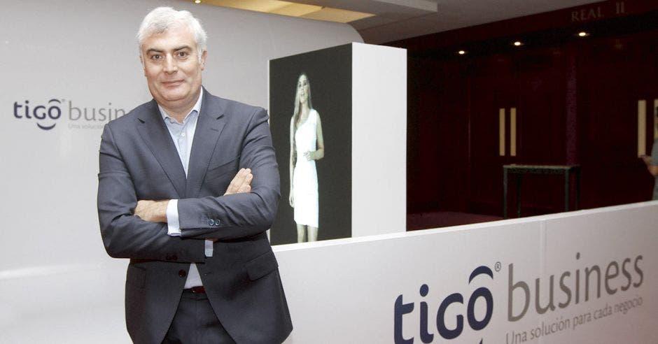 Daniel Jiménez, Daniel Jiménez, vicepresidente B2B de Millicom, posa con las manos cruzadas en un banner del Tigo Business Forum.