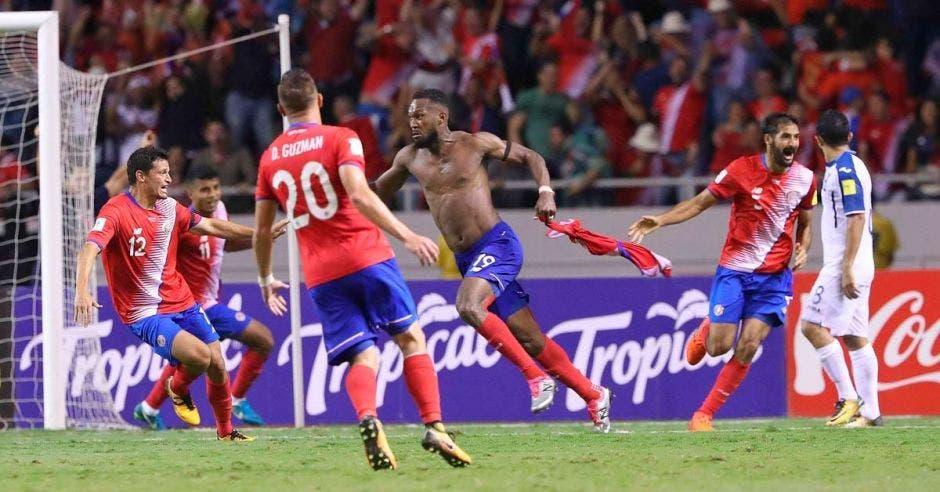 Kendall Waston celebró por lo alto el gol de la clasificación al Mundial Rusia 2018