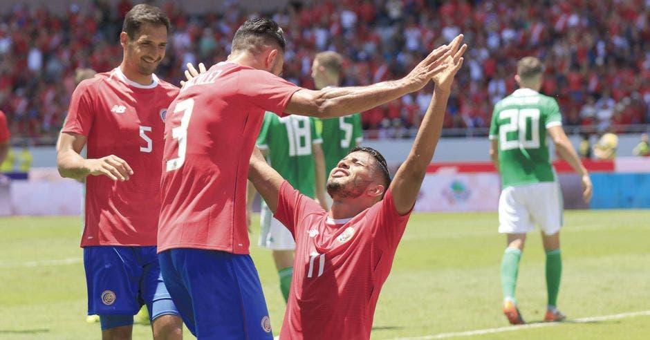 Johan Venegas celebra su gol con Giancarlo González y Celso Borges.