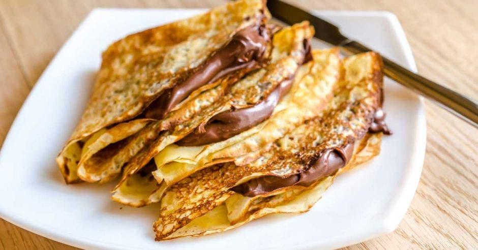 crepas rellenas de chocolate servidas en un plato