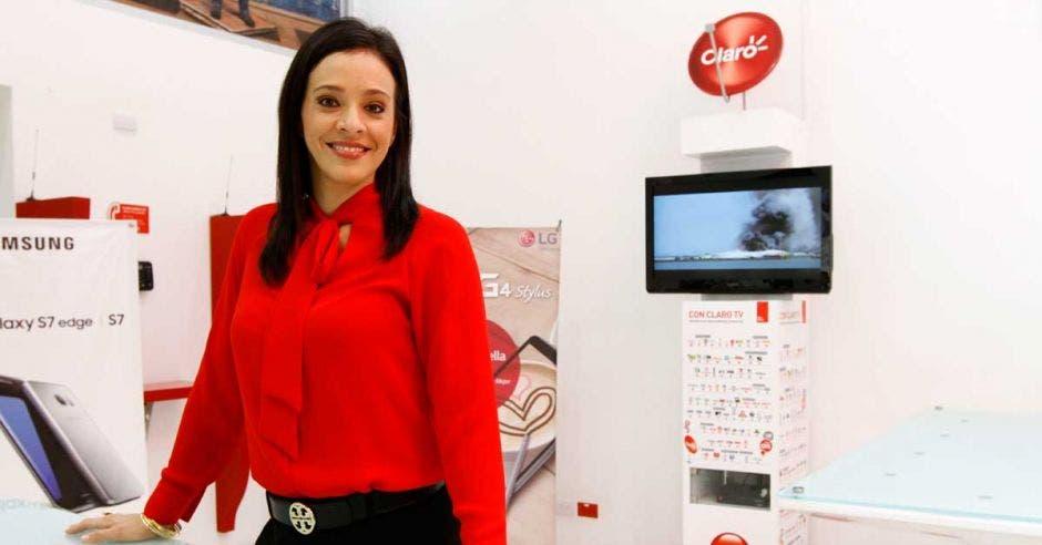 Carolina Sánchez, vocera de Claro, posa en una de las tiendas de la marca.