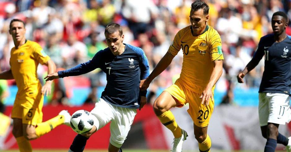 Antoine Griezmann controla el balón
