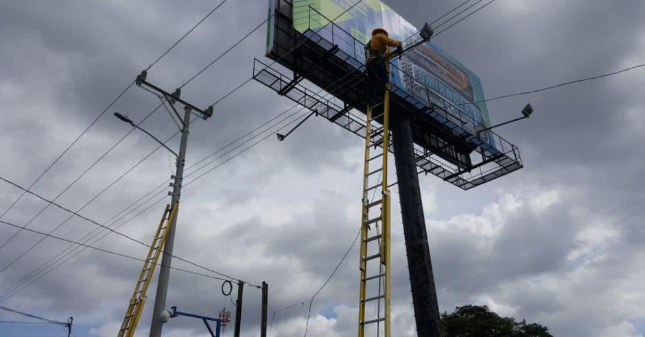 Un trabajador eléctrico ajusta el cableado