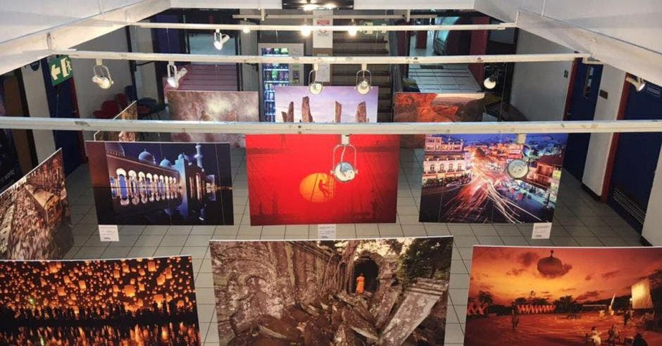 Varias fotografías expuestas en una galería