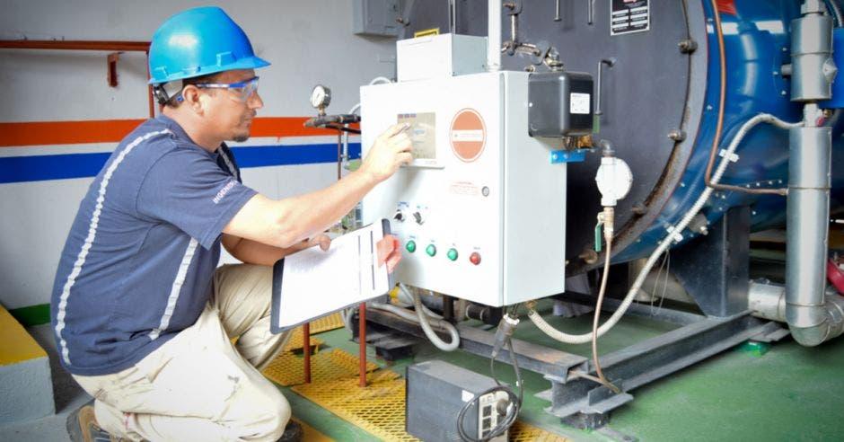 Un trabajador realiza ajustes en una máquina de producción