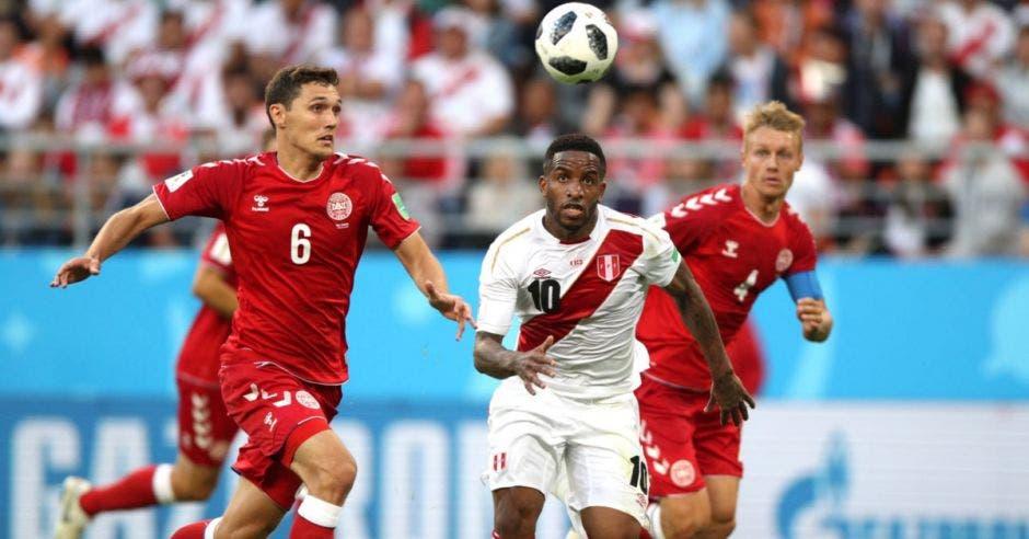 Farfán lucha la pelota contra los defensas daneses