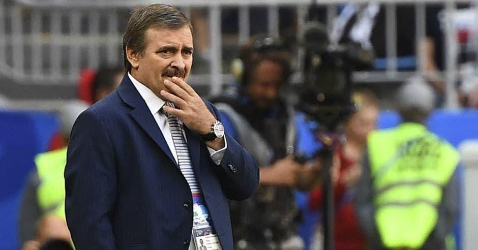 Óscar Ramírez pensativo en el partido ante Serbia en el Mundial Rusia 2018