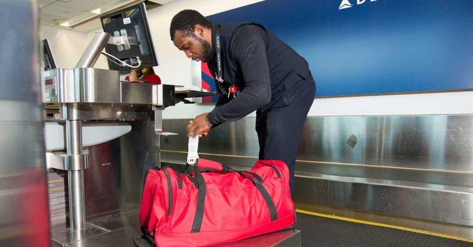 Un recargo de Delta etiqueta el equipaje de uno de sus clientes,