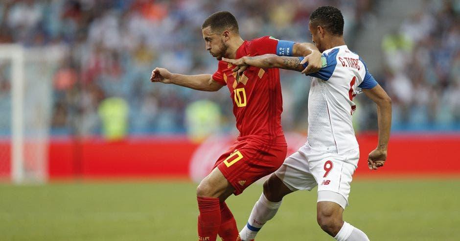 Eden Hazard y Gabriel Torres disputan el balón.