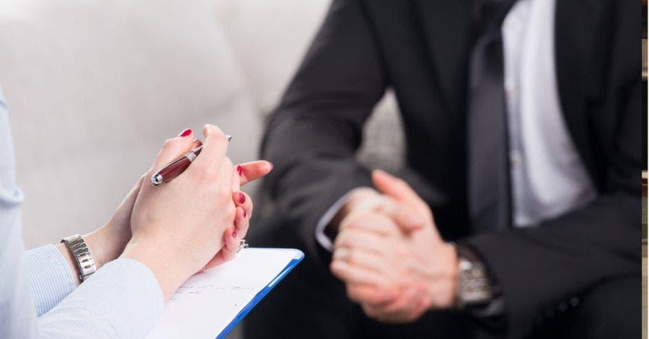 Dos personas en una entrevista de trabajo.
