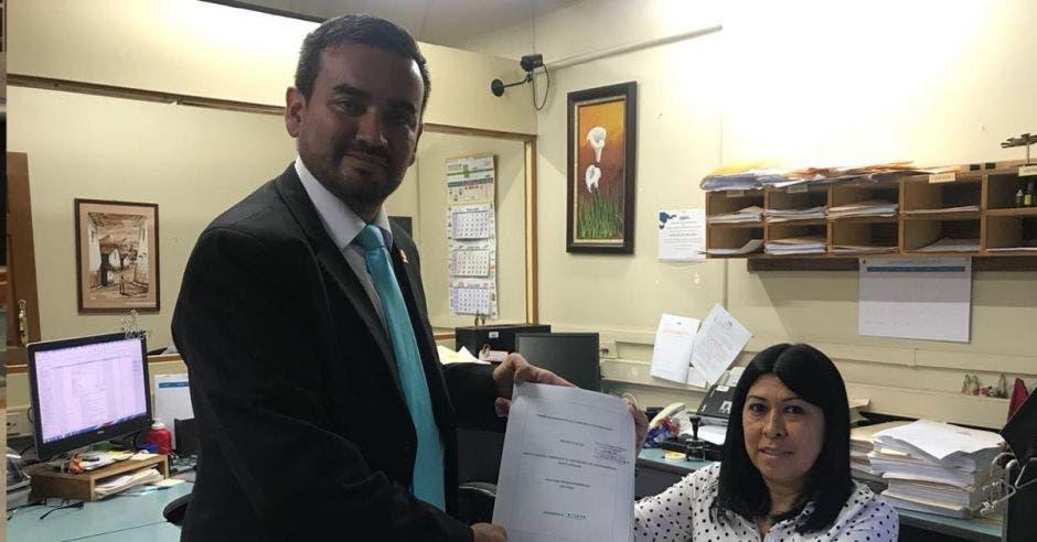 Jonathan Prendas, diputado de Restauración Nacional entrega un nuevo proyecto a la secretaría del congreso.