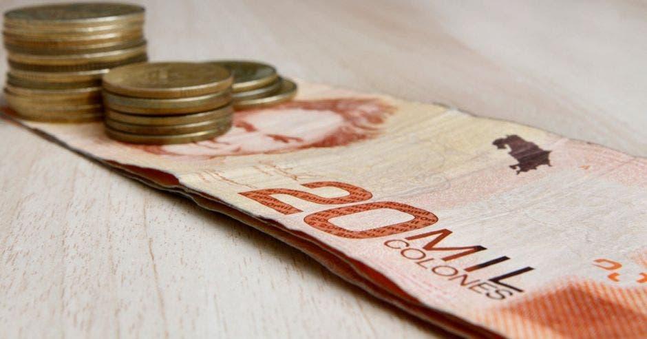 Billetes de ¢20 mil y monedas de ¢100