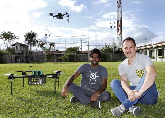Nikhil Dixit, cofundador de Hylio, aliada de GoPato, y José Navarro, CEO de GoPato, posan en una plaza con uno de los drones que incorporará la empresa de entregas.