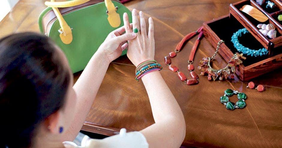 Foto de artesana costarricense mostrando bisutería