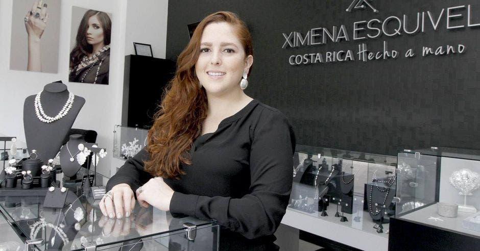Joyera tica Ximena Esquivel en su tienda.
