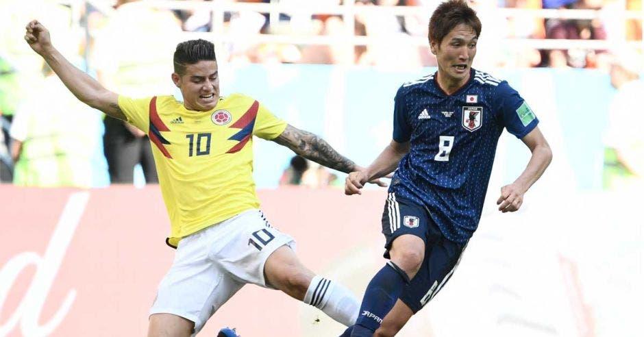 James Rodríguez marca fuertemente a Genki Haraguchi