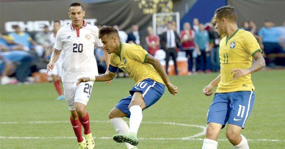 David Guzmán marca a Neymar