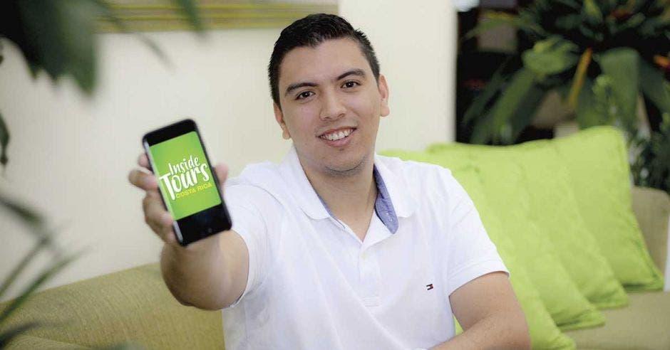 Diego Vargas enseña el logo de su empresa desde el celular