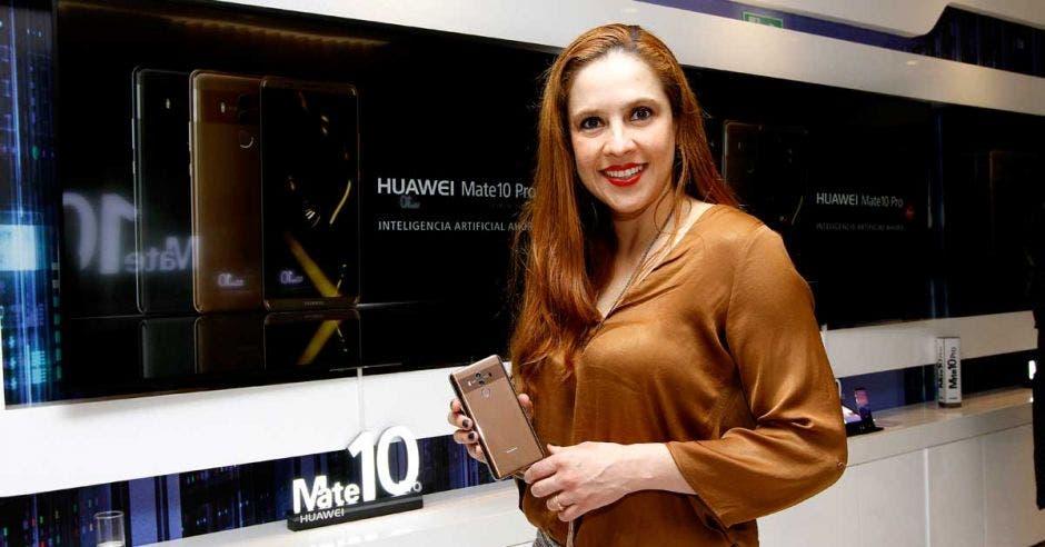 Andrea Corrales, de Huawei, posa con el Mate 10, uno de los celulares insignia de la marca.