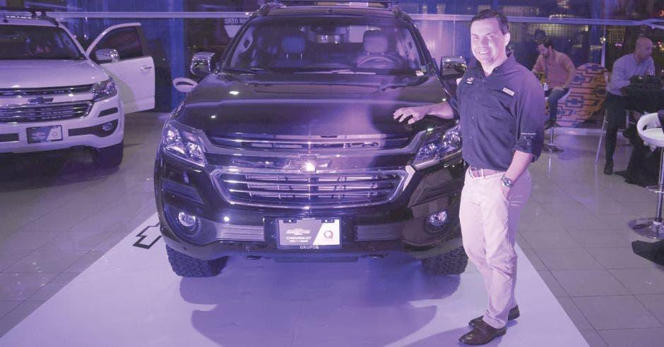 Rodolfo Araya posa junto al Chevrolet TrailBlazer durante su lanzamiento