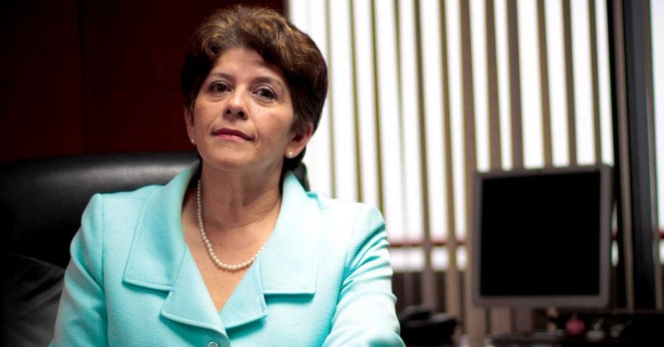 Martha Acosta sentada en su escritorio