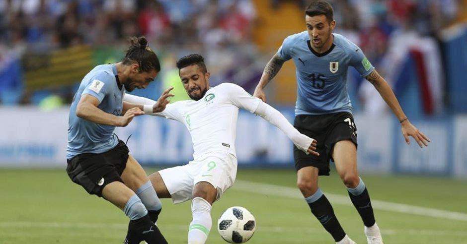 Martin Cáceres controla el balón