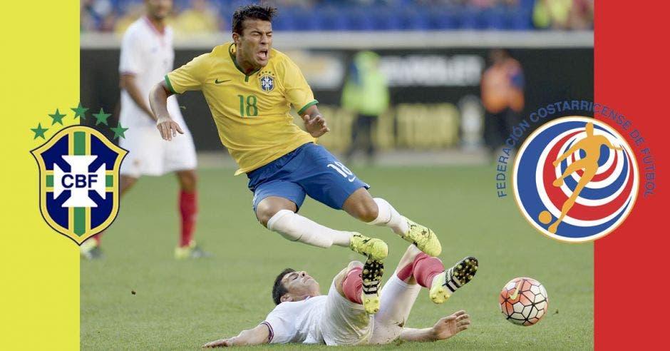 Jhonny Acosta comete una falta sobre jugador brasileño