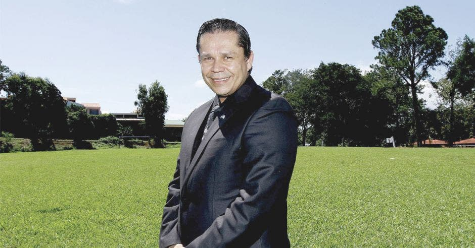 Gilberto Cascante mira el horizonte en un jardín