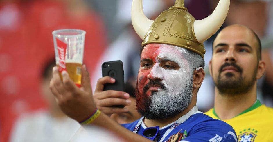 Aficionado brasileño aprovechó para tomarle una foto a su vaso con cerveza