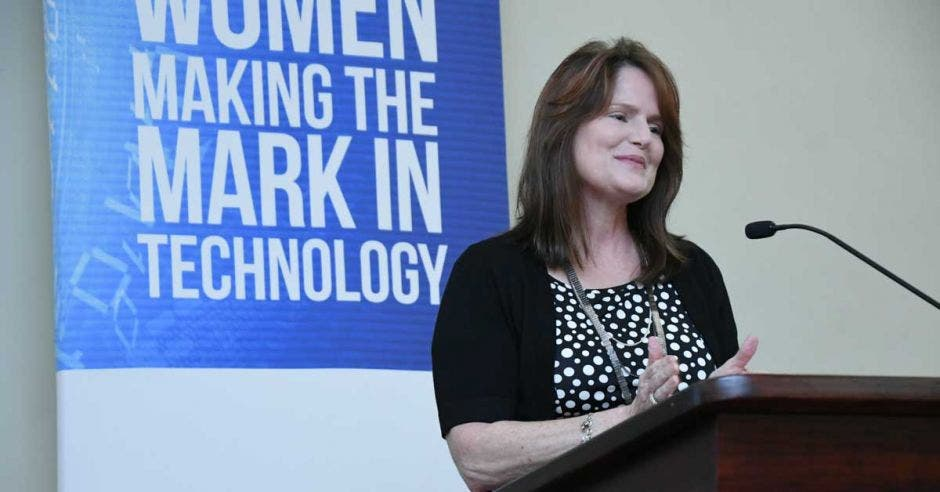 Gwen Shivley, vicepresidenta global de Ingeniería e Infraestructura de Sykes, ofreció un discurso en el primer SWIT del año