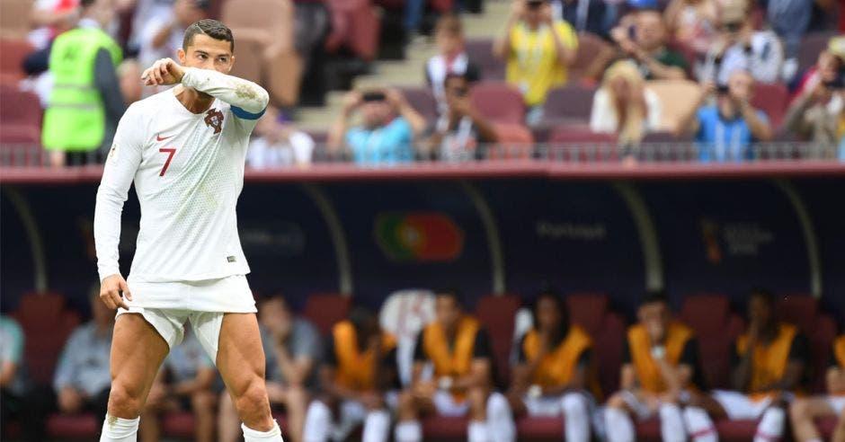 Cristiano Ronaldo se prepara a lanzar un tiro libre con Portugal
