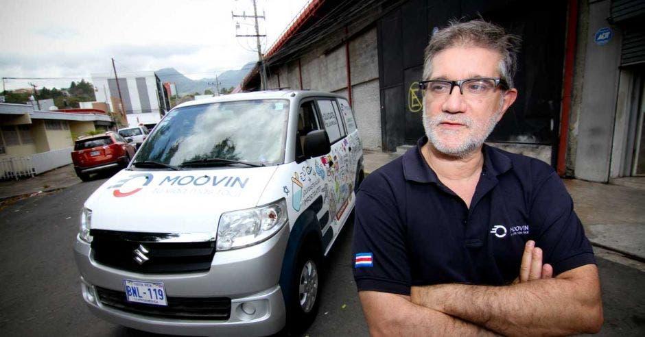 Javier Núñez, dueño de Moovin, posa junto a uno de los autos repartidores