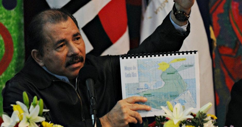 Daniel Ortega muestra un mapa
