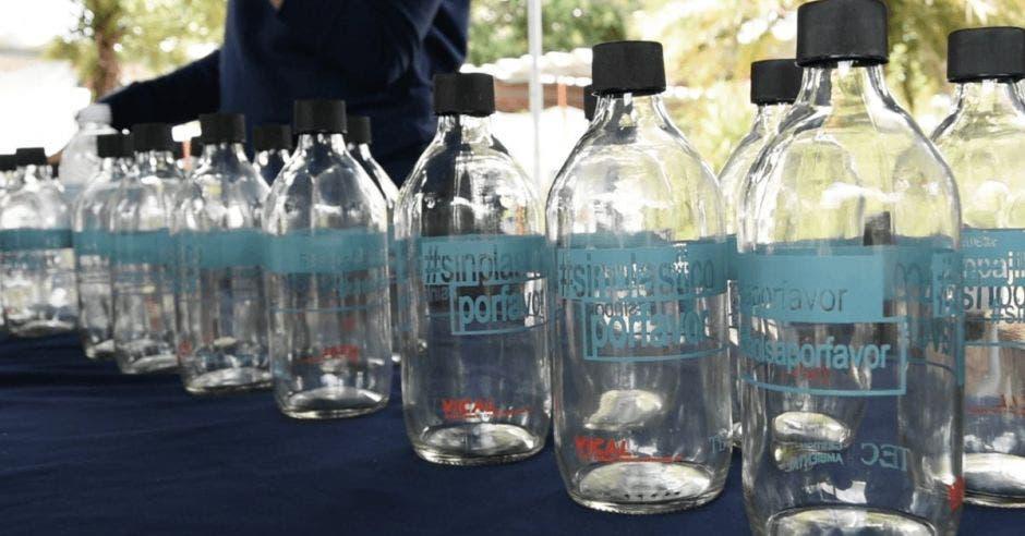 Sustitución de botellas plásticas por vidrio.