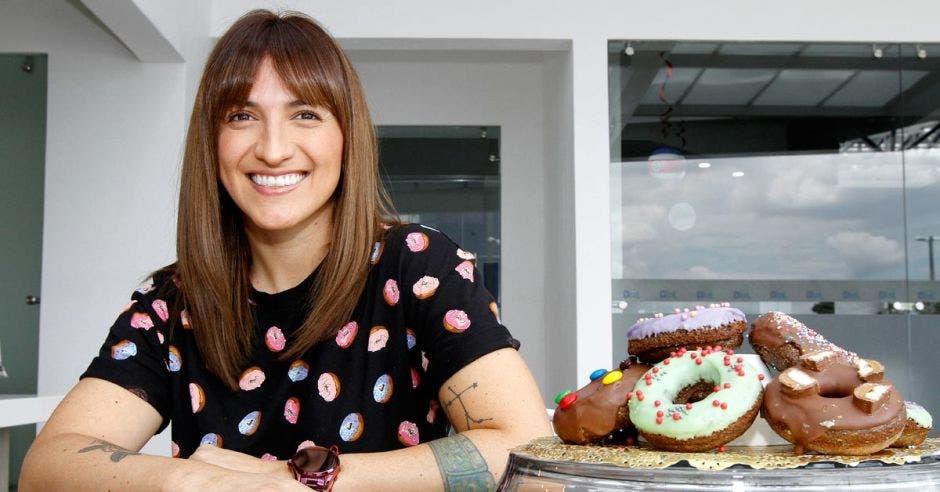 Emprendedora conquista a amantes del dulce con donas saludables