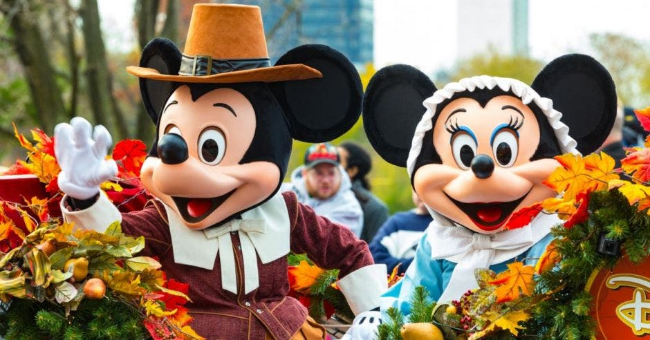 Mickey y Minnie Mouse en un desfile de disney