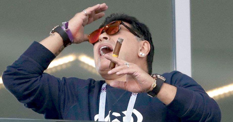 Diego Maradona fumando un puro en el Estadio